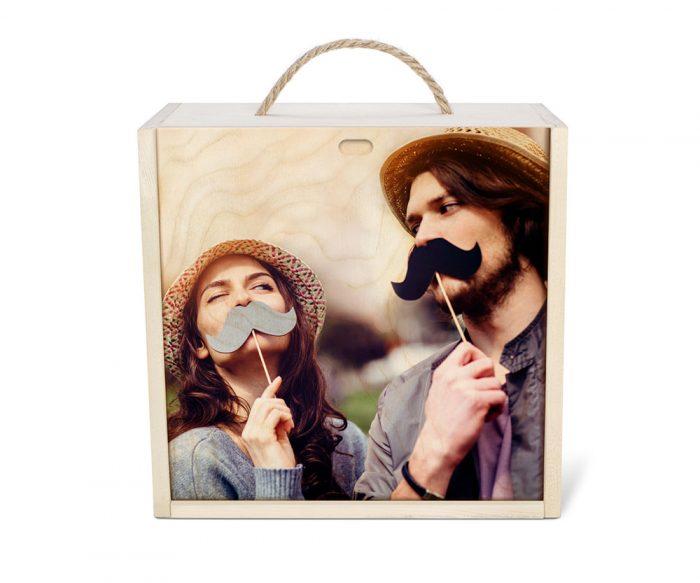 عکس دونفره دختر و پسر چاپ شده روی جعبه چوبی اختصاصی