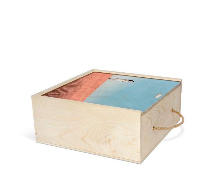 عکس چاپ شده از سفر یک دختر به کویر روی جعبه چوبی اختصاصی