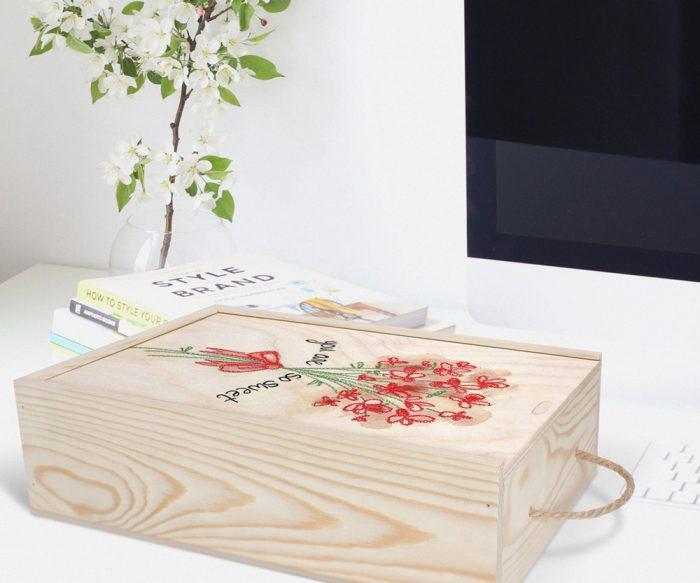جعبه چوبی اختصاصی با تصویر گل روی میز کامپیوتر