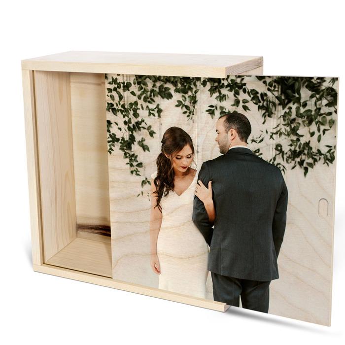 عکس عروسی چاپ شده روی جعبه چوبی اختصاصی به در نیمه باز
