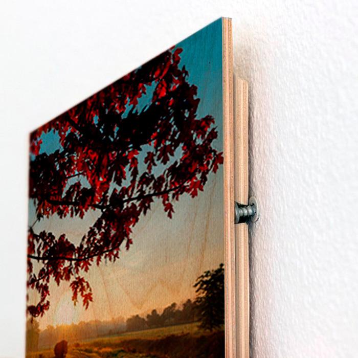قاب عکس چوبی دکوری رومیزی که روی دیوار نصب شده است
