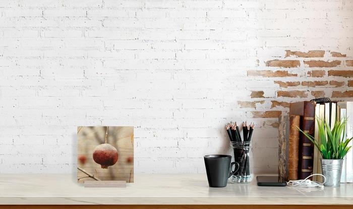 قاب عکس چوبی دکوری رومیزی که در کنار دیگر وسایل دکوراسیون قرار گرفته است و ابعاد آن را نمایش میدهد