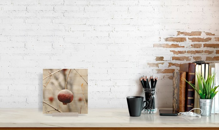 عکس چوبی 20x20 که در کنار دیگر وسایل دکوراسیون قرار گرفته است و ابعاد آن را نمایش میدهد