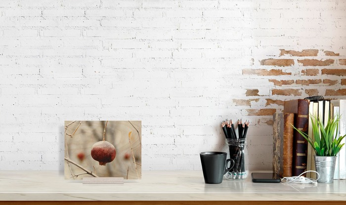 عکس چوبی 16x21 افقی که در کنار دیگر وسایل در دکوراسیون قرار گرفته است و ابعاد آن را نمایش میدهد