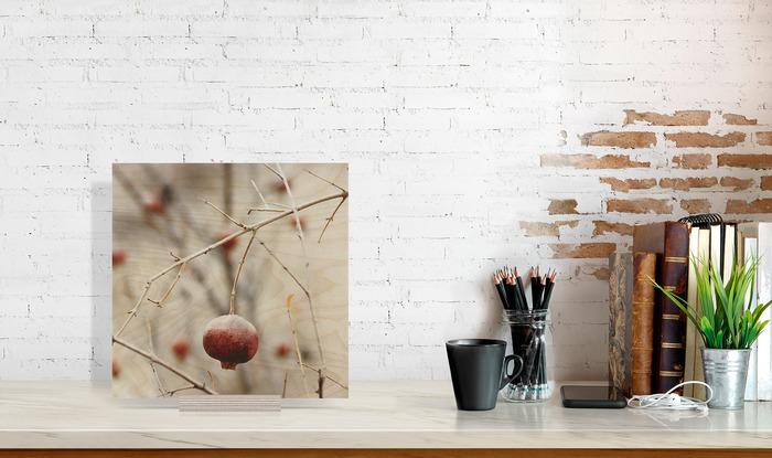 عکس چوبی 30x30 که در کنار دیگر وسایل دکوراسیون قرار گرفته است و ابعاد آن را نمایش میدهد