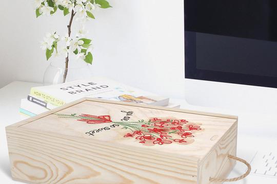 جعبه چوبی با عکس گل قرار گرفته روی میز کامپیوتر