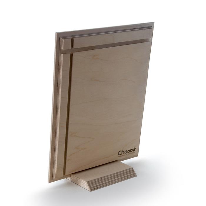 نمای پشت عکس چوبی 20x30 عمودی که روی پایه قرار گرفته است