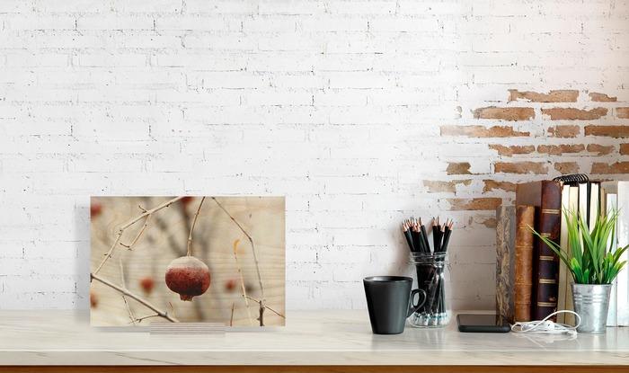 عکس چوبی 20x30 افقی که در کنار دیگر وسایل در دکوراسیون قرار گرفته است و ابعاد آن را نمایش میدهد