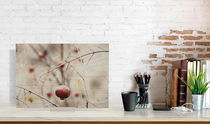 عکس چوبی 30x40 که در کنار دیگر وسایل در دکوراسیون قرار گرفته است و ابعاد آن را نمایش میدهد