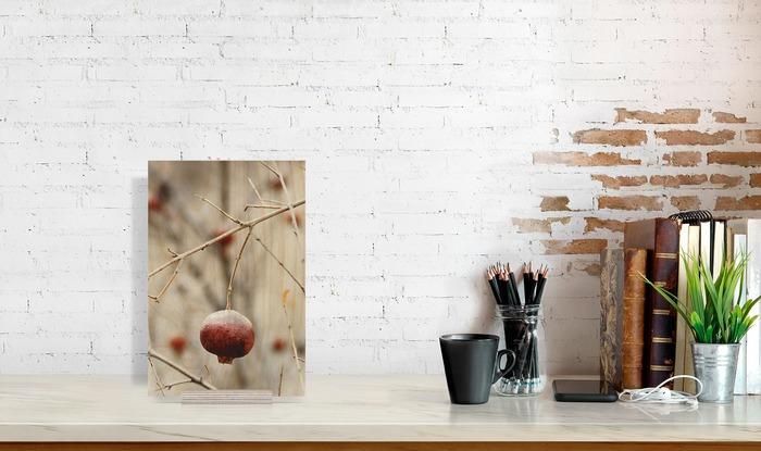 ابعاد عکس چوبی 20x30 که در کنار دیگر وسایل دکوراسیون قرار گرفته است و ابعاد آن را نمایش میدهد