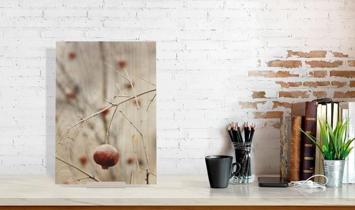عکس چوبی 30x40 عمودی که در کنار دیگر وسایل در دکوراسیون قرار گرفته است و ابعاد آن را نمایش میدهد